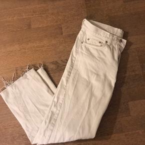 Arket jeans, w27- klippet så det passer en på 1.63 ca.  Lidt foundation på det ene bukseben, hvilket kan ses på billedet.  Mp: 100 kr