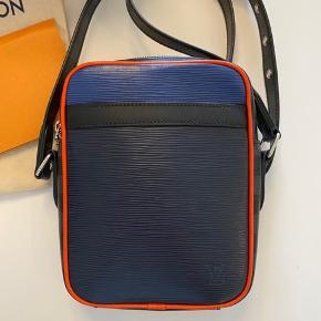 Louis vuitton DANUBE SLIM EPI PW D. GRAP taske. Speciel edition taske. Købt d. 14/8-18  Nypris 11.175kr.   Den er som ny. Brugt under 5 gange.   Alt medfølger. Kvittering, boks og dutch bag.