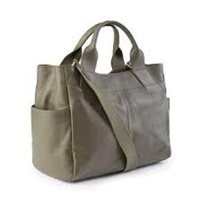 """Day Brussels shopper i farven olive  Købt for 1 måned siden og kun brugt 3-4 gange  Så smuk en taske, jeg har simpelthen bare for mange.  Kvittering haves   Plads til 13"""" laptop Med lang skulderrem"""
