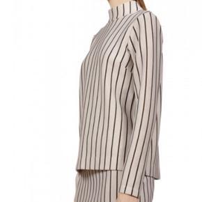 Sælger denne lækre bluse fra designers remix. Jeg får den ikke brugt og den fortjener bedre:-)  Så BYD!!
