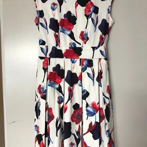 Super fin kjole, brugt 1 gang, ny pris 600kr.