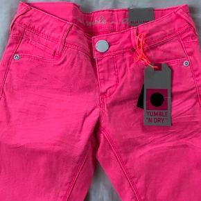 Brand: Tumble N'Dry Varetype: Jeans Farve: Pink  Smarte nye jeans i neon pink / 'knockout pink' som min datter ikke nåede at bruge. Str 134, nye med mærke.   Mp 150pp
