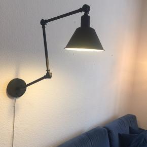 Væglampe fra Ellos. Kan justeres og bøjes som man ønsker. Giver en dejlig hyggelig belysning☀️  byd🧡