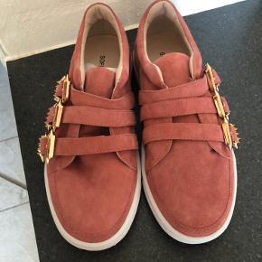 Nye sko fra Sofie schoor. Svært at definere farve. Koral med guldspænder Aldrig brugt  Byd