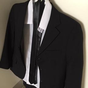 Jakkesæt med bukser, jakke, slips og hvid skjorte - str 8 år