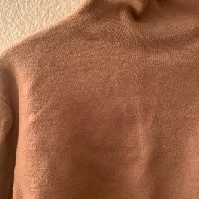 """Lækker sweater fra &otherstories i """"boxy"""" fit. I god stand 😊"""