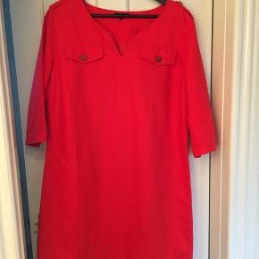 Fin bomuld/ hør kjole fra Tommy Hilfiger i str 12 ( str.38) en lille 40 kan også passe den. Brugt få gange. Super god pasform. Kjolen har for. ( bredde under ærmerne 54 cm / længde 92 cm) har 3/4 ærme