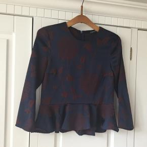 Vidunderlig smuk peplum bluse fra Zara.Str xs, men vil mene en xs/s kan passe den.  Hentes på Vesterbro i Aalborg, eller sendes med dao på købers regning, ca 34 kr.