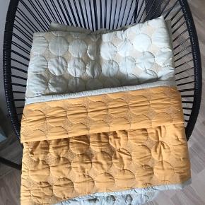 Dot senge tæppe fra Hay, i karry-gul/støvet grøn. Passer til en seng der måler 140x200. Nypris 1099. Næsten som ny. Brugt i cirka 4 måneder. Farven er som ny. Kommer fra røgfrit og dyrefrit hjem. Var til rens i sidste uge. Sælges da jeg har købt det i en anden farve.