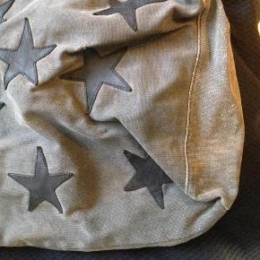 Varetype: skuldertaske god stans kanvas stjerne tasken Størrelse: large Farve: Grå Oprindelig købspris: 2800 kr.  NUL BYTTE. modellen er 175 cm og bruger selv en str 38-40. skambud ignoreres. kan hentes i KBH K. sender også med dao til 45 kr. kun seriøse bud tak.byd ikke hvis du ikke mener det. jeg glæder mig til at høre fra jer:)
