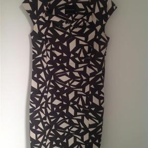 Super flot kjole, med fantastisk pasform. Kom med et bud, se også mine andre kjoler.  Kjole Farve: Sort, hvid Oprindelig købspris: 1200 kr.