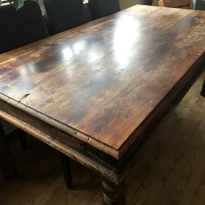Hyggeligt og charmerende spisebord med fine detaljer. Samt 4 stole med høj ryg som giver god siddekomfort.  B: 90 cm. L: 180 cm. Der medfølger 2 tillægsplader á 0.50 cm.