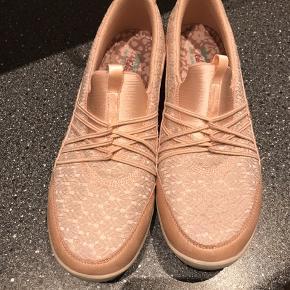Super skønne sko .  Kun brugt 2 gange , så de er som nye .   Ny pris 799
