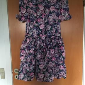 Super sød blomstret vintage - retro kjole str M. Kjolen har skulderpuder og søde knapper formet som små roser. Standen er perfekt!