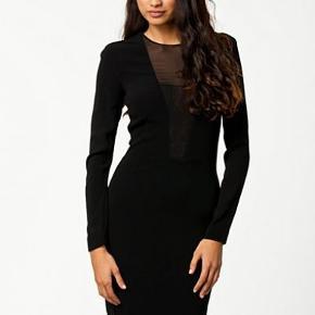 Den mest elegante kjole man kan eje! jeg har sat et billede ind for rigtigt at kunne vise det! Den er kun brugt et par gange og fejler intet. Nypris er 3995 kr.