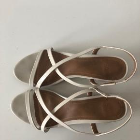 Super fine sandaler fra H&M i nude farve.