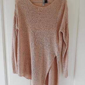 Fed asymmetrisk trøje i rosa. Tynd strik og med slids. Brugt få gange. Tager ikke billede af tøjet på. 🌺