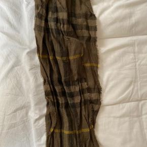 Super fint halstørklæde i en let kvalitet. Brugt en smule, så stadig rigtig pæn, og ingen tydelige tegn på slitage.  BYD gerne :-)