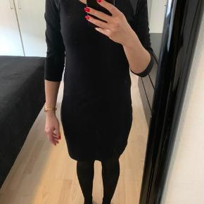 Flot sort kjole med læderlook på skuldrene.