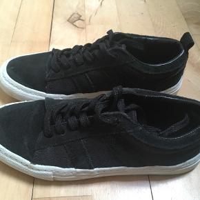 Smarte sorte sneakers i lærred og ruskind str. 37 fra Zara sælges - se flere billeder 🌸 Se også mine andre spændende annoncer 🌿da jeg sælger ud af klædeskabe🤗
