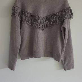 Sweartshirt med frynser med et oversize fit. Perfekt til nederdelen eller de slidte jeans. Skriv i kommentaren hvis man ønsker billeder af varen på🌷🌷🌷