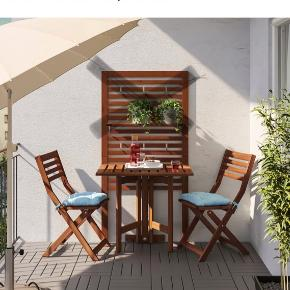 IKEA altansæt to stole og et bord. (Vægophæng har jeg ikke). En del brugsspor - kunne trænge til lidt olie :)