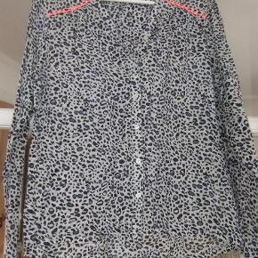Varetype: Skjorte Farve: Se billed  Skjorte bluse fra Lollys Laundry i str L.  Kom med et bud