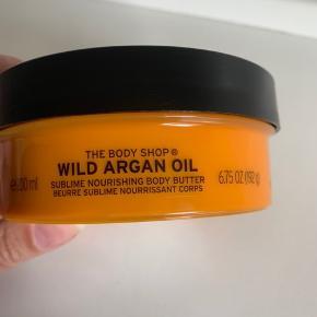 WILD ARGAN BODY BUTTER,   Mega lækker!   Den ultimative creme til tør hud!   Giver masser af fugt, selv til sommertørre ben ☀️  200 ml - ny - har flere produkter fra BODYSHOP📌  Tjek også mine andre produkter 🔥