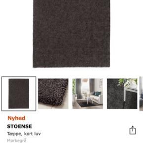 Mit tæppe er SORT! Men det er udgået så derfor et billede af grå :)
