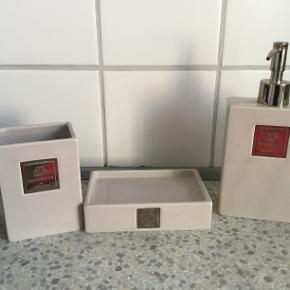 Sæbedispenser, tandkrus og sæbeholder fra Lene Bjerre. Sælges samlet.