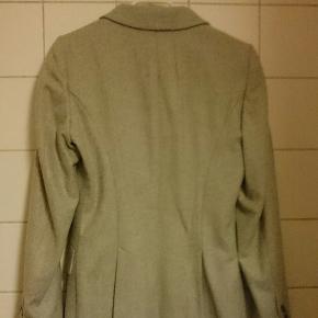 Kun prøvet på, da den er forkert størrelse for mig. Den er af uld. Nypris var 2600 kr. Byd gerne.