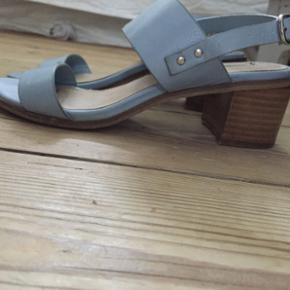 Lyseblå sandaler i læder   Str 36.5