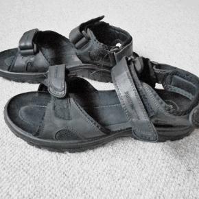 Sandaler, Cruizer, str. 45, Sort, Næsten som ny Kun brugt 3 gange. Sandaler der selvfølgelig er pæne som ny, med pris mærke 400 kr. Indvendig mål 30 cm. Velcro lukning foran, ved vrist, og  Porto som forsikret pakke uden omdeling . fremme på 2-4 dage) Har mobil pay