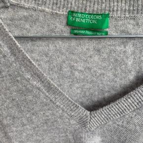Grå V hals sweater fra Benetton i Merino Italian Yarn. Slids i begge sider. Måler 61 cm fra skulder og ned. Måler 49cm over brystet.  *Køber betaler DAO Porto  *Loppemarked et aflyst, så nu bliver alt lagt op på TS. Tjek mine annoncer :)