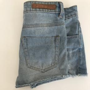 Shorts i denim fra VILA. De er seriøst de skønneste shorts, sælges da jeg nok må erkende jeg ikke bliver en XS igen🙈😂 De er stadig i meget fin stand! Ny pris 399,-