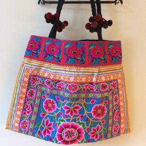 🌸 Smukkeste gudinde Boho ~ hippie ~ skuldertaske med broderier lavet af Hmong Folket i Nordthailand  💜  ☝🏼 Aldrig brugt. Stor og rummelig.