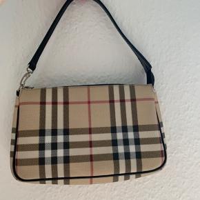 Sød lille autentisk Burberry taske. Remmen er lang nok til, at den kan sidde på skulderen. Jeg er faktisk ikke helt sikker på, hvad modellen hedder desværre. Den er god som ny. Minimal/intet slid og ingen skader 💘 Jeg købte den af min mors veninde, så jeg har desværre ikke kvittering osv. Prisen er fast.  IKKE INTERESSERET I AT BYTTE