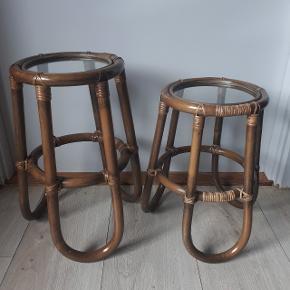Blomster borde.   Højde og diameter.  Lille bord h: 36 cm, d: 22 cm. Stort bord h: 42 cm, d: 22 cm.  Der er kommet ridser i glaset.   Afhentning i Roskilde.