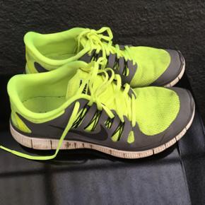 Nike free str.44. Har man en størrelse 43 kan det også snildt gå da de er lidt små i størrelsen. Ny pris 800 kr.