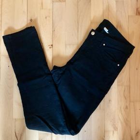 Sorte H&M-jeans fra mærket '& Denim' 🖤 Har kun været brugt én gang ✨ Størrelse: W33 L32 📏 Original pris: 200 kr. 💰 Nu: 65 kr. 👌🏻 . #karolinesklædeskab