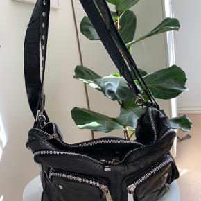 Klassisk sort taske fra Nunoo med sølv hardware. Brugt med god stand.