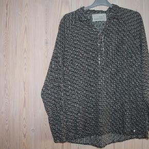 Varetype: fin skjorteFarve: sort med gråt/brunt Oprindelig købspris: 399 kr.  med elastik forneden foran, så den sidder flot  kun prøvet på, derfor som helt ny.  mindsteprisen er 50 - bytter ikke