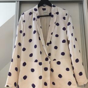 Super fin blazer fra Selected Femme i hvid med blå polka dots. Blazeren er en lidt længere model med diskrete trykknapper som lukning. Brugt et par gange, men fremstår ny. Str. 34