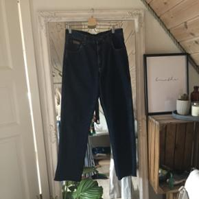 sælger dette meget heldige fund af et par lækre vintage wrangler jeans i perfekt stand!!str 32/34 køber betaler fragt 😜🌻