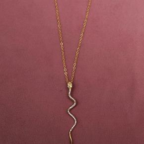 Smuk halskæde med slangevedhæng fra Joseph Cph / Joseph Copenhagen Kædelængde: 66 cm Nypris: 650,-