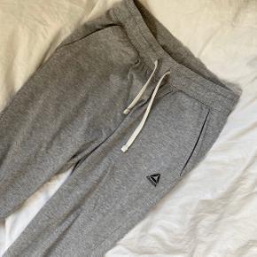 Fede sweatpants fra Reebok. Fejler intet. Størrelsen siger 2xs, så jeg regner med at det betyder xxs :)