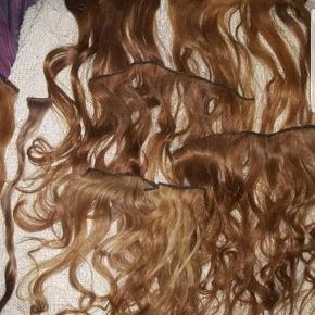 """Hej Tøser.. SÅ ER DET NU I SKAL SLÅ TIL..!! BYD🎀BYD🎀BYD🎀 Jeg har mere i en helt mørk nuance. Ægte hår SUUPER...KVALITET!! Alle neuancer er 50 cm Sender gerne flere billeder..🤳  Der er baner både med og uden """" klemmer""""..  men de er jo meget enkle, både at påføre , eller fjerne..!!  både med og uden klemmer..😙😙 HÅRET ER SOM NYT.. Det ER KUN prøvet på 1 ENKELT GANG.... men ellers HELT NYT!! Super ærgerligt det bare ligger. KOM MED ET BUD....ET SERIØST BUD☝️ OG"""
