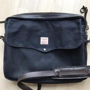 Filson original briefcase Navy med brunt læder. Brugsspor udenpå, men er ren og fin indeni. Nypris 2900kr