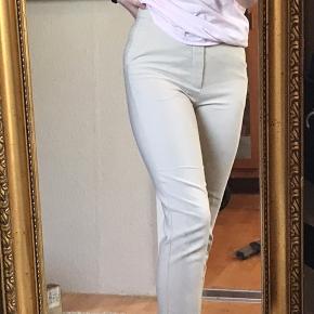 Bukser fra gina tricot. Har nogle tråde i bunden, send pb for billeder:)  HH 100kr (brug køb nu) ellers byd endelig