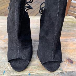 Vildt fede støvlette/stilletter fra ASOS, aldrig brugt. Hæl 11cm.